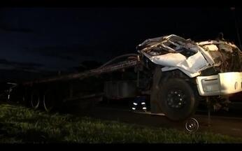 Caminhão carregado com frangos tomba e mata motorista em Mirassol - Um motorista de 24 anos morreu após o caminhão que ele dirigia capotar durante a madrugada desta quinta-feira (21). O acidente foi na Rodovia Washington Luiz, no trecho urbano que passa por Mirassol (SP).