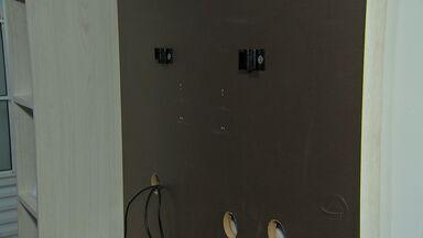 Casa de família de bebê com doença rara é assaltada em Cuiabá - Família que luta por tratamento do filho com o canabidiol tem a casa invadida por bandidos que levam vários objetos, inclusive equipamentos de trabalho do pai.