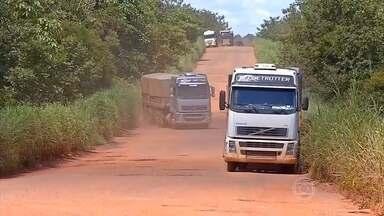Brasil perde R$ 3,8 bilhões por causa da péssima condição das estradas - A conta foi divulgada pela Confederação Nacional do Transporte e diz que a pavimentação precária de algumas rodovias, especialmente as que levam aos portos do norte do país, aumenta em 30% as despesas com o escoamento da safra.