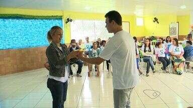 Homem ajuda deficientes auditivos no cotidiano, no ES - Último censo apontou que no Espírito Santo 170 mil pessoas têm deficiência auditiva.