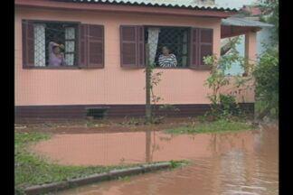 Chuva causa prejuízos para moradores de Cruz Alta, RS - Moradores ficaram alagados em bairro da cidade.