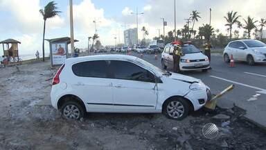 Motorista capota o carro no bairro de Piatã, orla de Salvador - Segundo testemunhas, o veículo capotou várias vezes. Apesar do susto, ninguém se feriu.