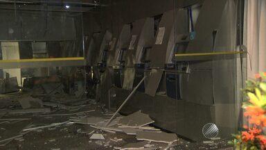 Bandidos explodem agência bancária na Avenida Barros Reis, em Salvador - O crime foi durante a madrugada; veja nas imagens.