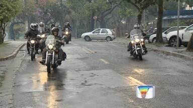 Motociclistas fazem arrecadação de agasalho em São José dos Campos - Grupo percorreu ruas da cidade recolhendo doações neste domingo (1°).