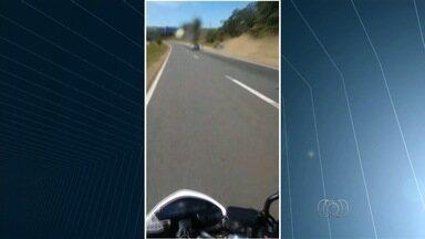 Motociclista 'voa' após bater em traseira de carro na BR-060 - Moto se partiu ao meio; piloto de outra moto discutiu com motorista. Segundo PRF, piloto foi levado para o hospital com fratura no braço.