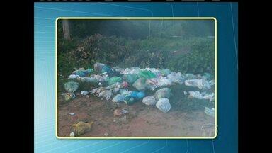 No bairro Pérola do Maicá, lixo fica espalhado em rua - Há coleta de lixo no bairro, mas segundo os moradores, o carro coletor não leva todo o lixo.