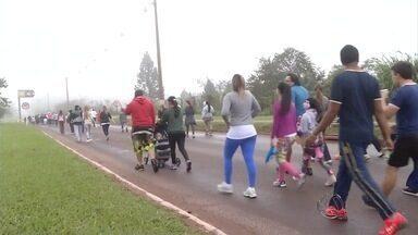 Mesmo com tempo frio, população participa da Caminhada do Bem Estar em Ponta Porã (MS) - Cerca de 60 pessoas enfrentaram o frio na manhã deste domingo para fazer exercícios e espantar a preguiça