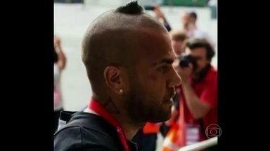 Daniel Alves estreia novo corte de cabelo inusitado - Convidados repercutem qual seria a inspiração do jogador para novo corte de cabelo