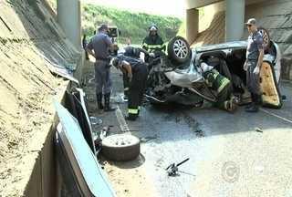 Policial morre após carro cair da ponte na Washington Luiz em Cedral - Um policial de 37 anos morreu em um acidente de trânsito na manhã desta segunda-feira (1º) na rodovia Washington Luiz, em São José do Rio Preto (SP). O carro em que ele dirigia caiu de uma ponte que dá acesso à Cedral (SP).