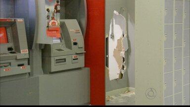 Bandido invade banco no centro de João Pessoa - A ação foi registrada por câmeras de monitoramento. O bandido fugiu do local sem conseguir levar o dinheiro.