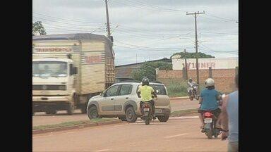Falta de sinalização provoca acidentes em avenida movimenta de Guajará-Mirim - Retorno foi aberto para facilitar a passagem da viatura do Corpo de Bombeiros, mas tem causado transtorno devido a falta de sinalização e imprudência dos motoristas.