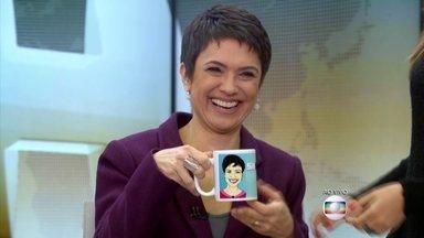 Sandra Annenberg ganha caneca e conta como é feito o Jornal Hoje - Marcela Monteiro se senta na bancada do telejornal