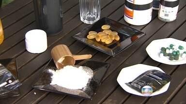 Suplementos de vitaminas podem ser usados sem prejudicar a saúde, diz nutricionista - A Agência Nacional de Vigilância Sanitária (Anvisa) proibiu, nesta semana, a fabricação e a venda de algumas marcas destes suplementos.
