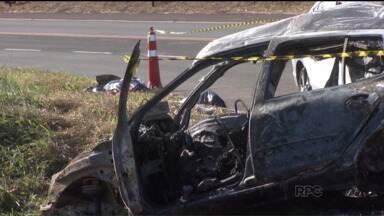 Acidente entre dois carros deixa 5 mortos em Londrina - Em Londrina, dois carros bateram e pegaram fogo, deixando cinco mortos e dois feridos. A polícia tenta identificar o motorista de uma caminhonete que, segundo testemunhas, provocou o acidente.