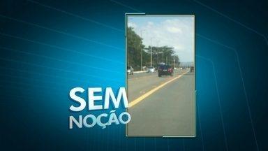 Telespectador flagra carro na faixa central do Eixão - Dirigir na faixa central do Eixão, a multa é de 191 reais e mais sete pontos na carteira.
