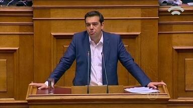 Grécia adia pagamento da dívida de 240 milhões de euros - Pela primeira vez em cinco anos, a Grécia adiou um pagamento de sua dívida de 240 bilhões de euros, obtida junto a governos da Zona do Euro e o FMI