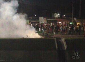 Moradores da Zona Sul de Manaus fazem manifestação por falta de água - Segundo os moradores, algumas casas estão há quase dez dias sem água.Manaus Ambiental informou que enviou equipe técnica ao local nesta noite.