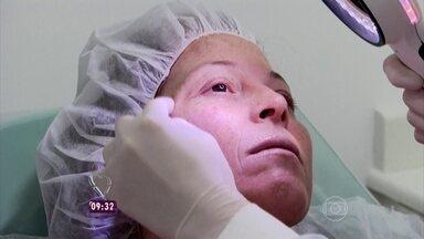 Tratamento Vip! Evanilda recebe cuidados de dermatologista e dentista - Doméstica ganha dia de beleza!