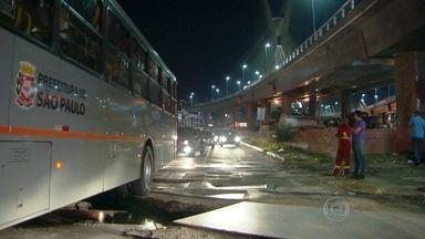 Ônibus cai em buraco em avenida da Zona Sul da capital - O acidente na Avenida Jornalista Roberto Marinho aconteceu porque uma das chapas de aço que ficam no chão se deslocou. A chapa estava protegendo uma obra da Eletropaulo.
