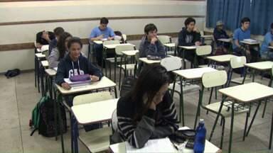 Alunos da rede estadual tiveram reposição neste feriado - Alguns colégios já começaram a repor os dias de greve.