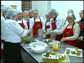 Instituto Brasileiro do Mate incentiva consumo da matéria prima - Receitas são ensinadas a famílias de Erechim, RS, e região.