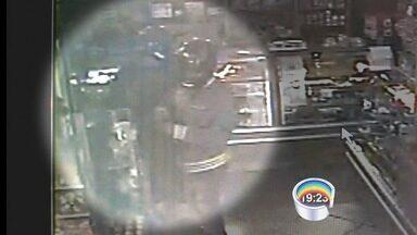 Padaria é assaltada na região do Belém em Taubaté, SP - Câmeras de segurança registraram o crime.