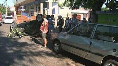 Veículo capota após colisão em avenida de Ribeirão Preto, SP - Vítima foi socorrida e levada para a UPA da Treze de Maio.