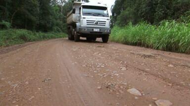 Moradores reclamam das condições da PR 446 - Rodovia que liga as cidades de Bituruna e Porto Vitória tem apenas um trecho asfaltado.