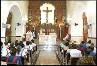 Mãe devota agradece a Santo Antônio pela cura do filho e paga promessa em Campos, RJ - Igrejas ficaram lotadas de fiéis neste sábado.