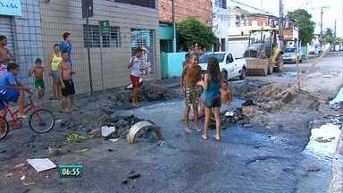 Vazamento de água cria 'piscina' no bairro do Cordeiro - Moradores usaram local para banho - tinha até prancha de surfe.