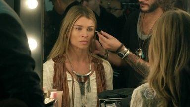 Larissa se ressente por Fanny priorizar Angel - Dona da agência de modelos avisa que Angel será a última a entrar no desfile