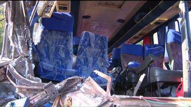 19 pessoas ficam feridas em acidente na BR-277 - O acidente aconteceu em Santa Terezinha de Itaipu, na colisão entre um ônibus e um caminhão.