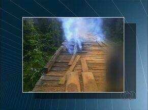 Ponte construída há 20 anos amanhece queimada - Ponte construída há 20 anos amanhece queimada