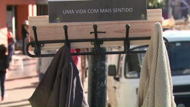 Cabide Solidário ajuda a amenizar o frio das pessoas nas ruas de Londrina - Um grupo de amigos espalhou cabides por ruas e praças de Londrina. Qualquer pessoa pode pendurar ali um agasalho para ser retirado por quem vivem nas ruas.