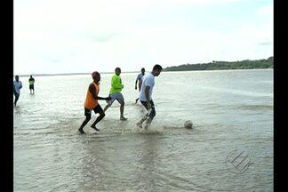 Peladeiros do GE: Moradores aproveitam vazantes do rio para jogar bola - Peladeiros mostram amor pelo futebol em Belém