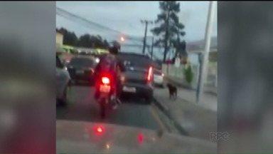 Vídeo mostra cachorro seguindo carro e gera polêmica nas redes sociais - Imagem teve mais de um milhão de visualizações. Algumas pessoas acreditavam que motorista do veículo estava maltratando cachorro, porém a história é outra. Proprietária do carro cuida do cãozinho que aparece nas imagens.