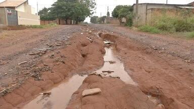 Tereré com Cabral vai à travessa Imbu e outras ruas abandonadas em Campo Grande - Na travessa Imbu, moradores reclamam de mato alto e sujeira.