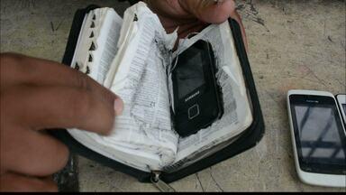 Preso esconde celular dentro de uma Bíblia na Paraíba - Uma operação no Presídio do Roger descobriu ainda facas, drogas e dezenas de celulares.