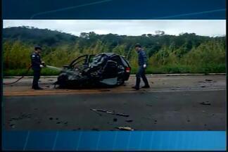 Três ficam feridos após capotamento na MG-431 em Itaúna - Motorista perdeu o controle do veículo e capotou.Ele e dois passageiros foram levados ao hospital da cidade.