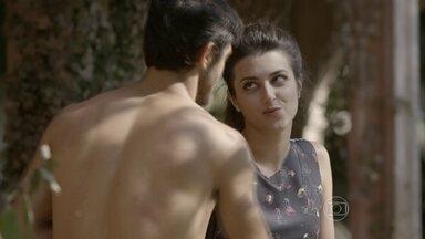 Cobra e Jade decidem se abrigar na casa abandonada - A dançarina se assusta e o lutador tenta acamá-la