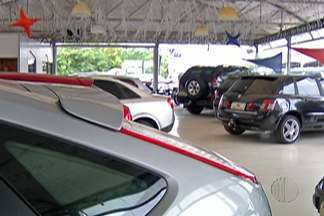 Crise econômica no país atinge setor automobilístico - Carros, caminhões e ônibus estão parados nos pátios das concessionárias.