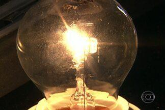Tradicionais lâmpadas incandescentes de 60 watts vão sair do mercado - Por recomendação do governo federal, as lojas não vão mais vender esta lâmpada que gasta mais energia.