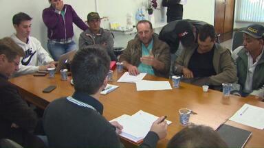 Moradores não concordam com acordo de indenização da Copel - Famílias querem indenização de alagamento na região da Usina de Salto Caxias, em junho do ano passado.