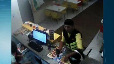 Imagens flagram assalto a sorveteria em Fortaleza - Ninguém foi preso. Polícia diz ter identificado os homens que aparecem no vídeo.