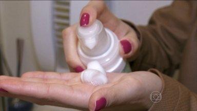 Colírio usado para tratar glaucoma combate a queda de cabelo - Aline começou a perder cabelo aos 21 anos. Os fios caiam num ritmo acelerado. Para minimizar o problema, ela aplica todos os dias um mousse no couro cabeludo. A loção é à base de latanoprosta, substância usada em colírios para tratar glaucoma.