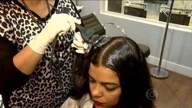 Não se deve fazer duas químicas no cabelo ao mesmo tempo - Usar muita química faz o cabelo perder a qualidade. Se a pessoa não quiser cortar os fios, é possível usar um produto que ajuda a recuperar.