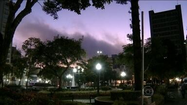 Temperatura cai na maior parte do país - O frio intenso voltou com força na Região Sul e com condições para a segunda geada do ano. Vai ventar muito no litoral entre Santa Catarina e Rio de Janeiro.