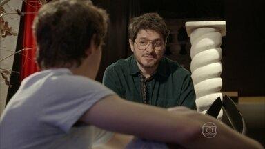 Edgard pergunta a opinião de Henrique sobre sequestro de Jade - O professor conversa com o filho de Heideguer e diz que Jade fugiu com o namorado