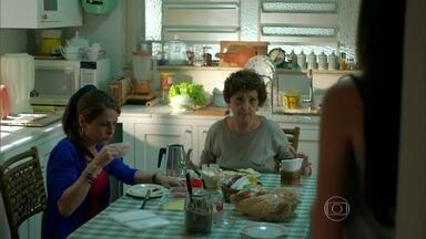 Hilda diz a Angel que precisa de dinheiro para pintar o apartamento - Carolina percebe o abatimento da filha e repreende a mãe