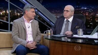 Cléber Machado fala de sua carreira no rádio e na TV - Ele começou narrando jogos de futebol de botão com o irmão, e hoje é um dos principais locutores esportivos do país